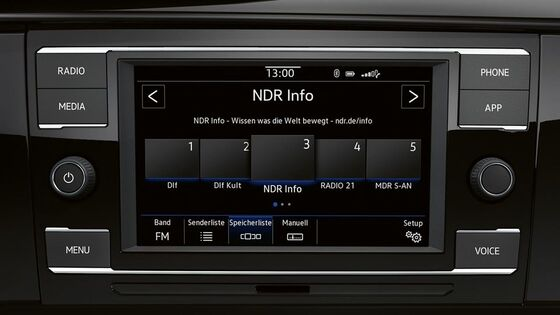 "Detailansicht des Radio ""Composition Colour"" im VW Caravelle 6.1"